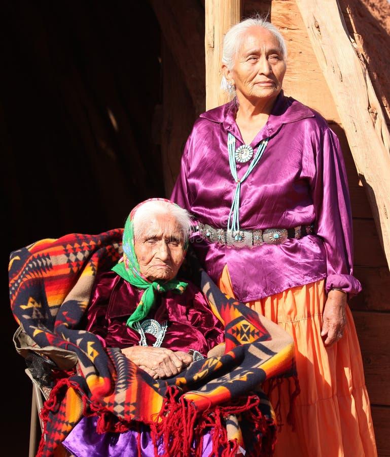 Mulheres idosas sábias do Navajo ao ar livre fotografia de stock
