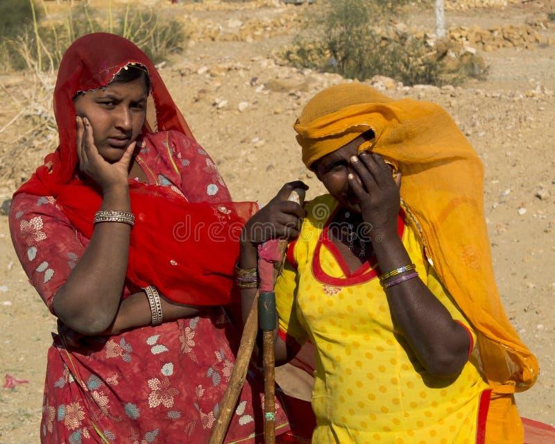 Mulheres indianas curiosas e confundidas. imagens de stock