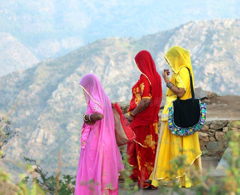 Mulheres indianas em saris coloridos sobre o monte fotografia de stock royalty free