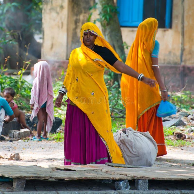Mulheres indianas no sari colorido e nas suas crianças na rua da cidade foto de stock