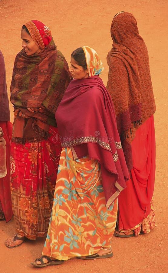 Mulheres indianas no sari colorido que está no pátio de Safdarjun imagens de stock royalty free