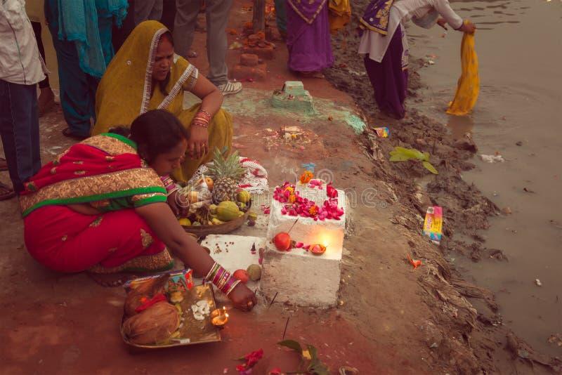 Mulheres indianas que perfoming o pooja de Chhath imagem de stock
