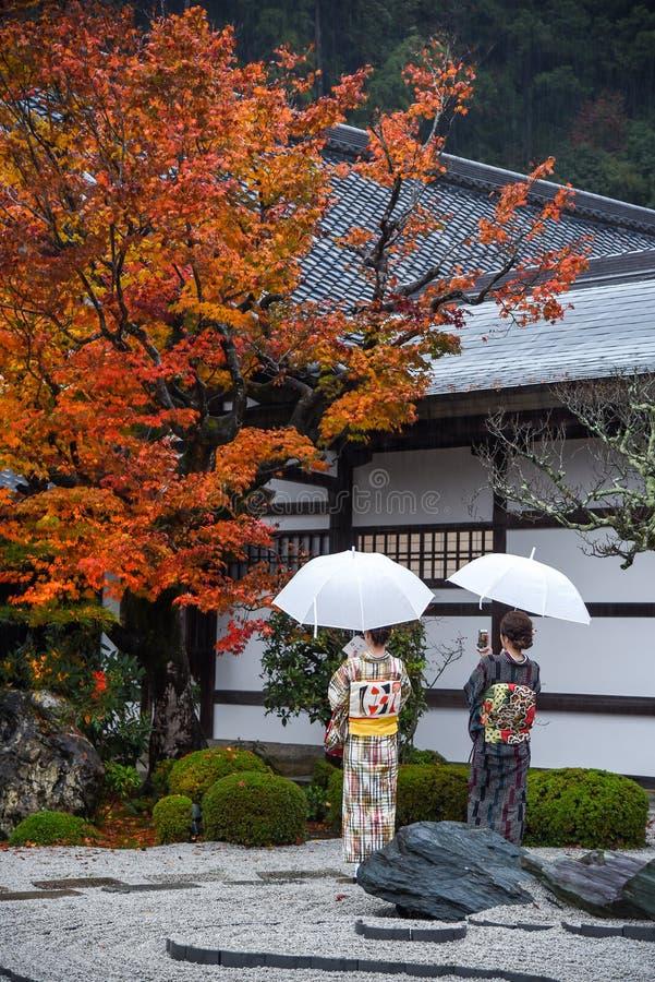 Mulheres japonesas no templo do enkoji, Kyoto, Japão fotografia de stock