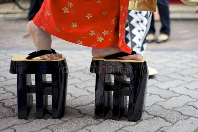 Mulheres japonesas que desgastam sapatas tradicionais do zori imagens de stock