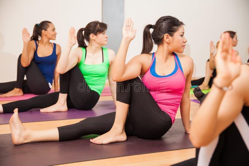 Mulheres latino-americanos em uma classe da ioga imagens de stock royalty free