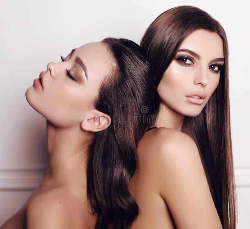 Mulheres lindos com composição do cabelo escuro e da noite imagem de stock royalty free