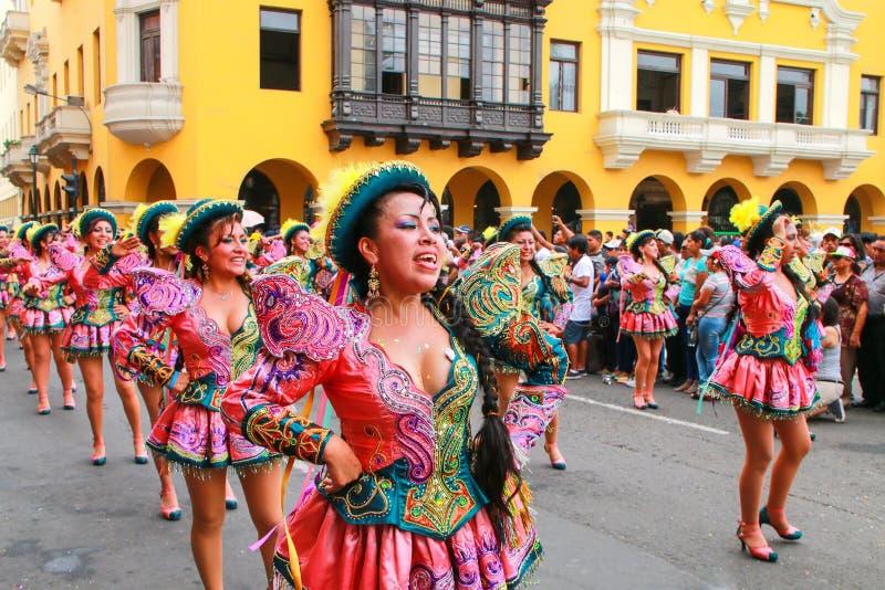 Mulheres locais que dançam durante o festival do Virgin de la Candelar foto de stock