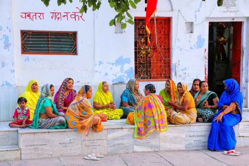 Mulheres locais que sentam-se fora do templo hindu no neighborhoo de Taj Ganj fotos de stock