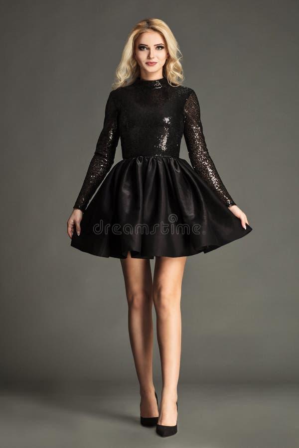 Mulheres louras no vestido preto, chique e elegante fotos de stock