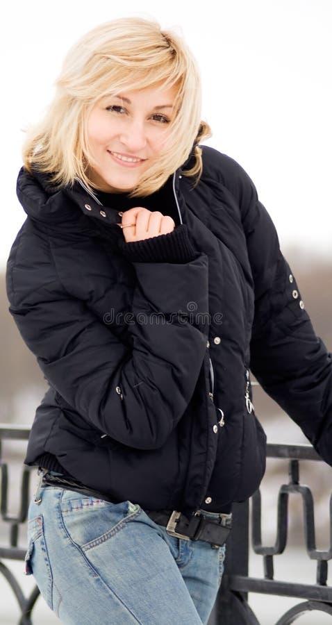 Mulheres louras novas com um sorriso winsome foto de stock
