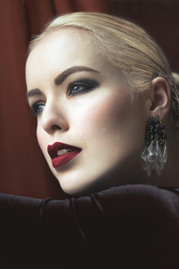 Mulheres louras sensuais com bordos vermelhos fotografia de stock