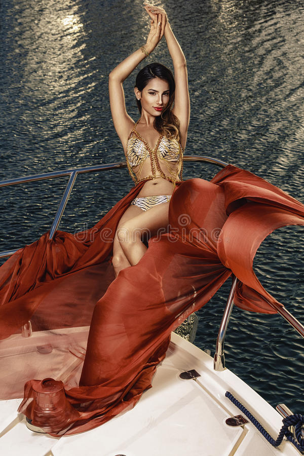 Mulheres mediterrâneas bonitas que levantam no barco fotos de stock