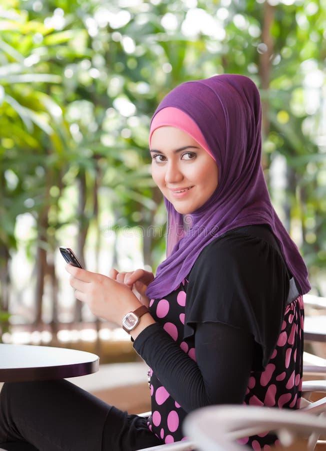 Mulheres muçulmanas novas que desgastam o lenço imagens de stock