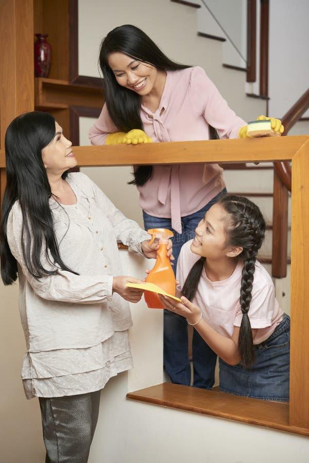 Mulheres multi-geracionais alegres que fazem a casa limpa imagem de stock royalty free