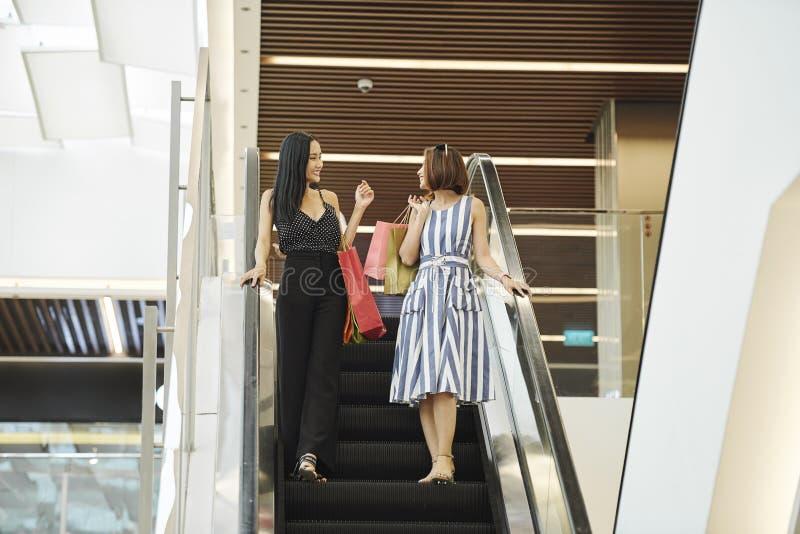 Mulheres na alameda de compra fotografia de stock