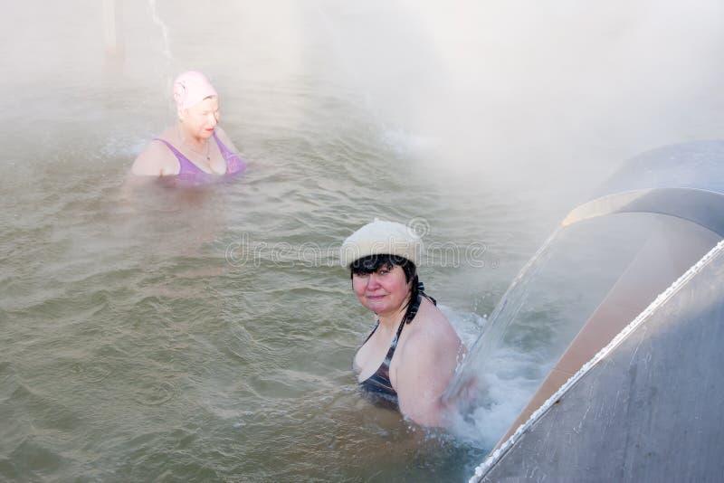 Mulheres na associação com água térmica, a cidade de Tyumen foto de stock
