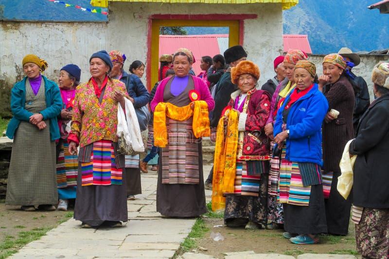 Mulheres na cerimônia tradicional da celebração em Nepal imagens de stock