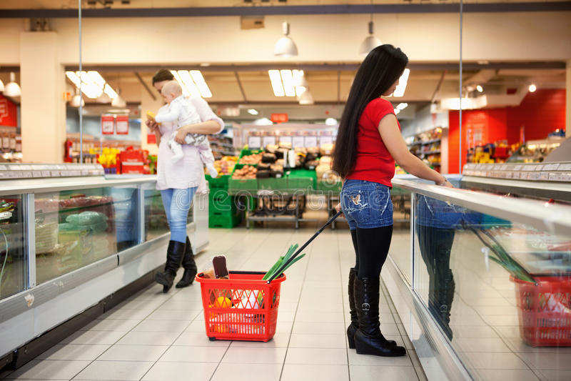 Mulheres na compra da loja da compra fotografia de stock royalty free