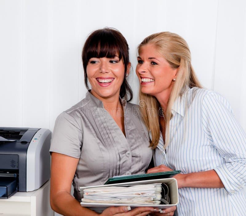 Mulheres na conversação no escritório Arbitsplatz fotografia de stock