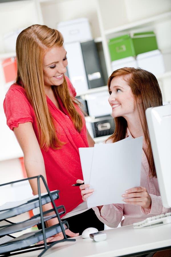 Mulheres na mesa de escritório imagens de stock royalty free