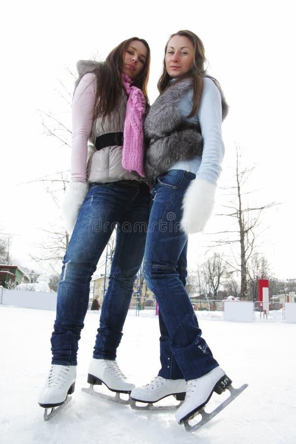 Download Mulheres Na Opinião De ângulo Do Ponto Baixo Da Pista De Gelo Imagem de Stock - Imagem de novo, gelo: 12800683