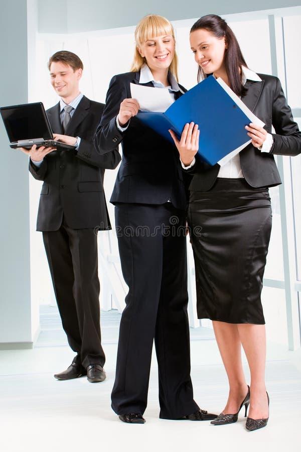 Mulheres na parte dianteira fotografia de stock royalty free