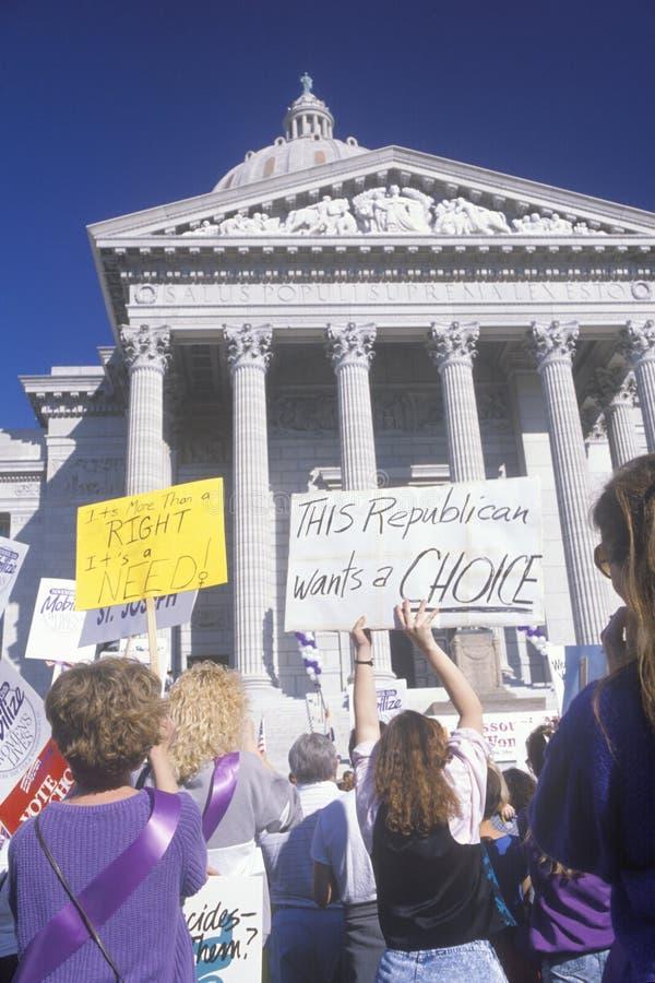 Mulheres na reunião a favor do aborto que guarda sinais na construção do Capitólio do estado, Missouri imagens de stock