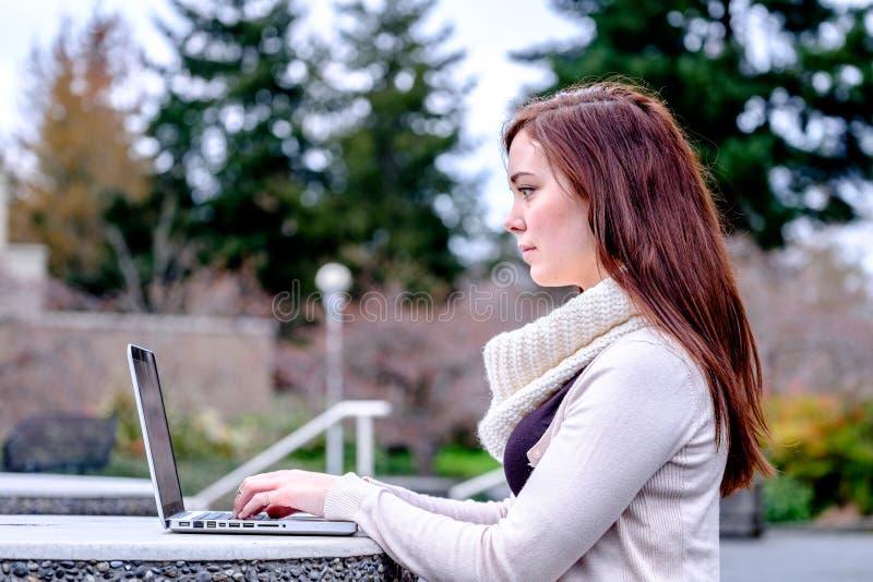 Mulheres na universidade que datilografam em um computador imagens de stock