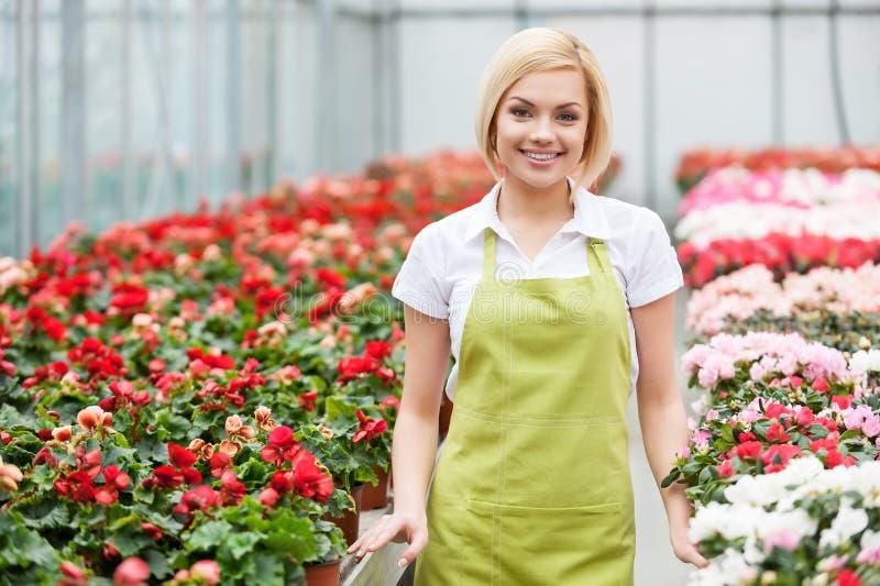 Mulheres nas flores. fotos de stock royalty free