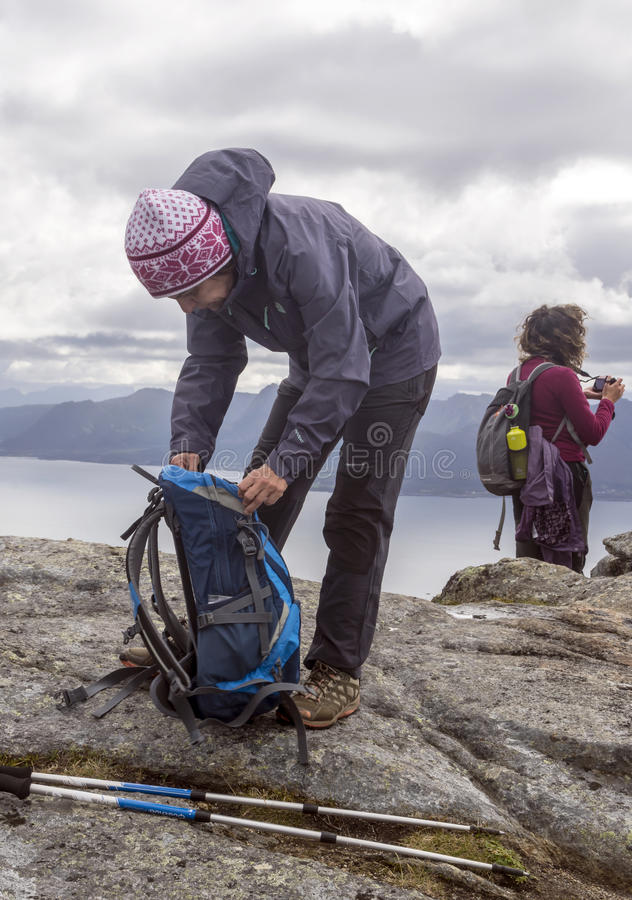 Mulheres nas montanhas de Noruega foto de stock royalty free