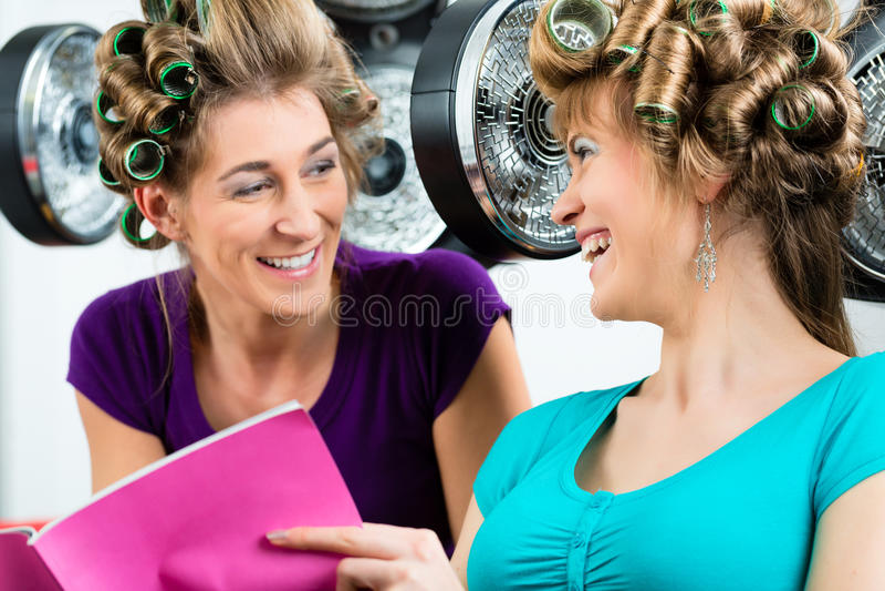 Mulheres no cabeleireiro com secador de cabelo fotos de stock royalty free