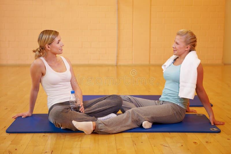 Mulheres no centro de aptidão que relaxa foto de stock