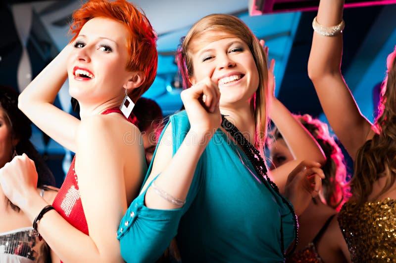 Mulheres no clube ou na dança do disco foto de stock