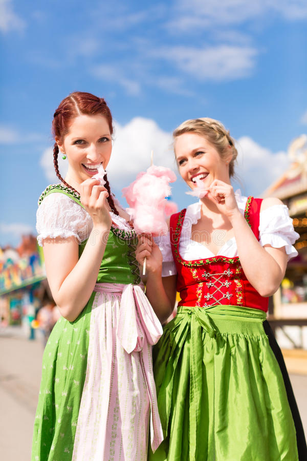 Mulheres no dirndl bávaro tradicional no festival fotos de stock