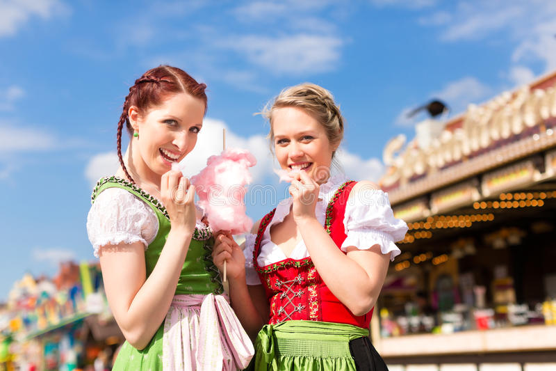 Mulheres no dirndl bávaro tradicional no festival fotografia de stock