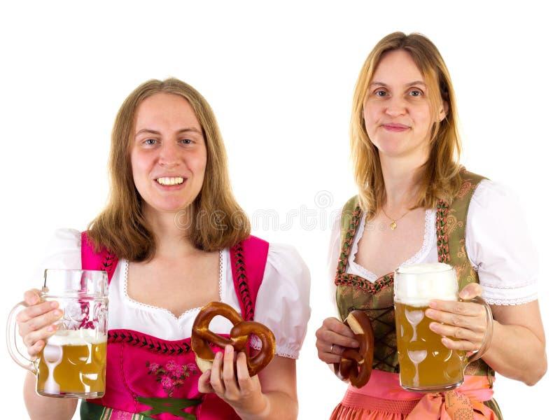 Mulheres no dirndl que tem o divertimento em Oktoberfest fotos de stock royalty free