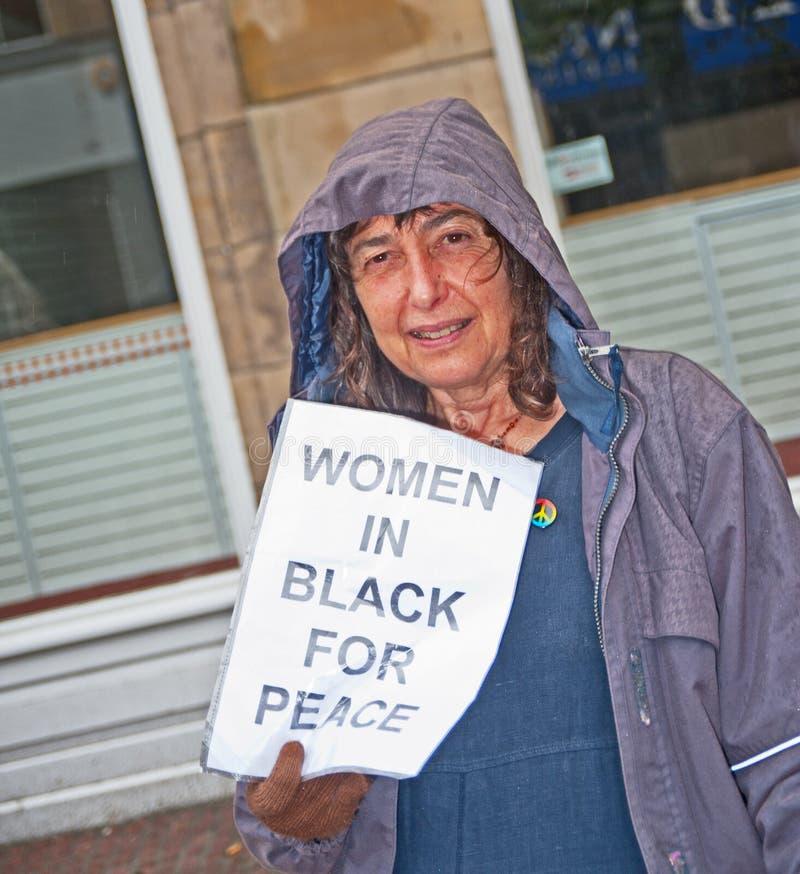 Mulheres no preto para a paz fotos de stock