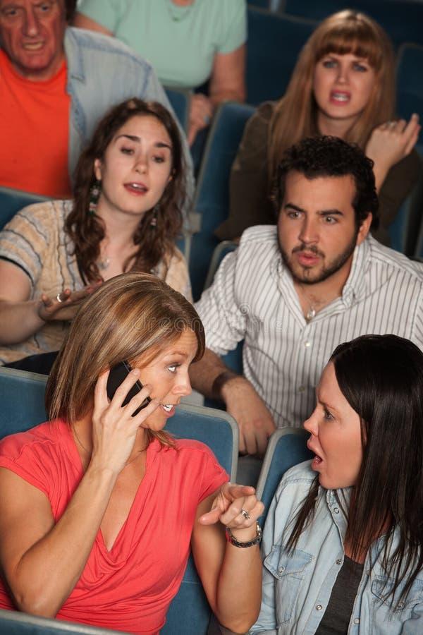 Mulheres no telefone no teatro imagens de stock
