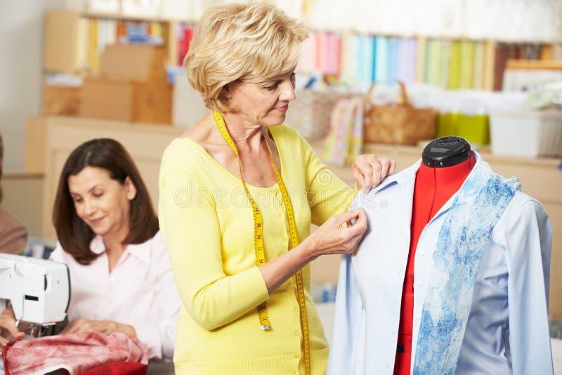 Mulheres no vestido que faz a classe foto de stock royalty free