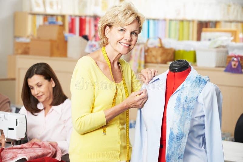 Mulheres no vestido que faz a classe imagens de stock