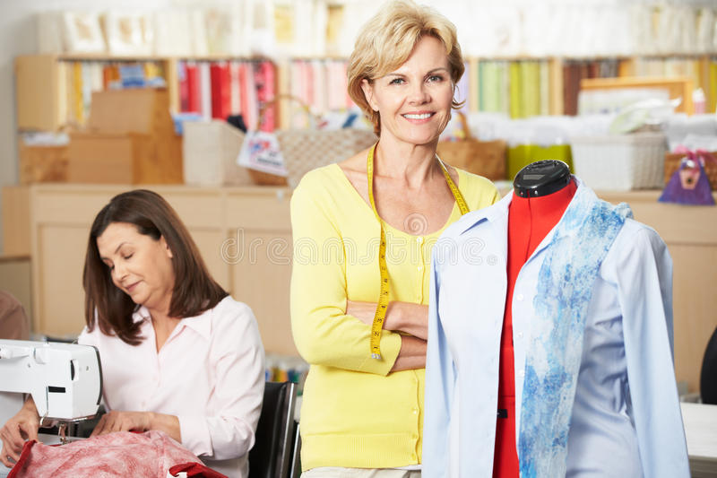 Mulheres no vestido que faz a classe foto de stock