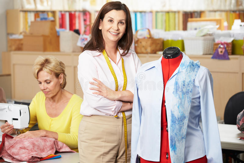 Mulheres no vestido que faz a classe imagem de stock