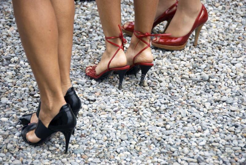 Mulheres nos saltos elevados fotos de stock