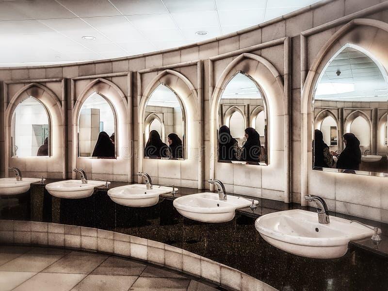 Mulheres nos toaletes grandes da mesquita, Abu Dhabi, UAE foto de stock royalty free