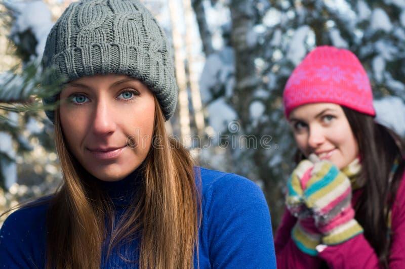Mulheres novas ao ar livre no inverno imagens de stock