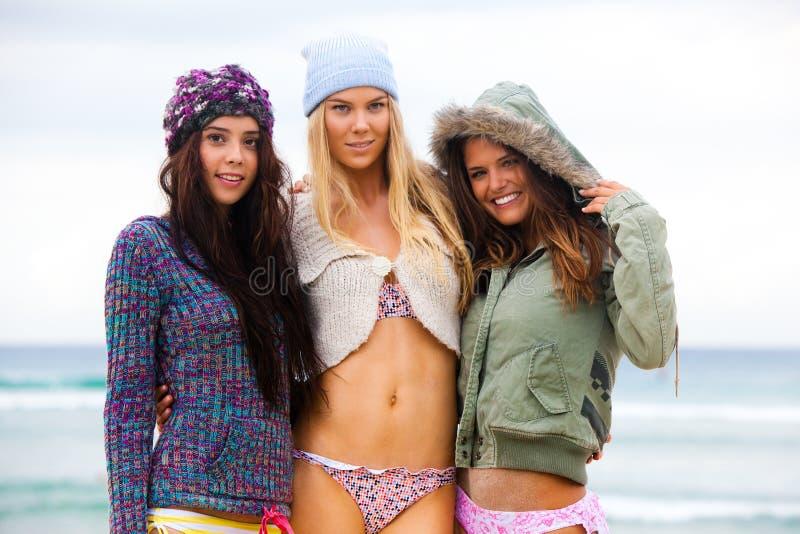 Mulheres novas atrativas na praia fotografia de stock