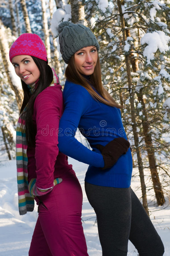 Mulheres novas bonitas ao ar livre no inverno fotografia de stock