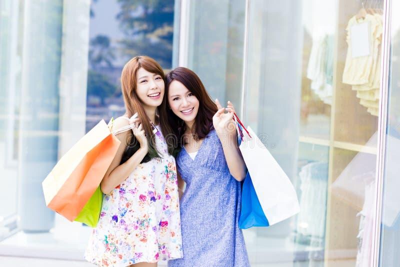 Mulheres novas bonitas com sacos de compra imagem de stock royalty free