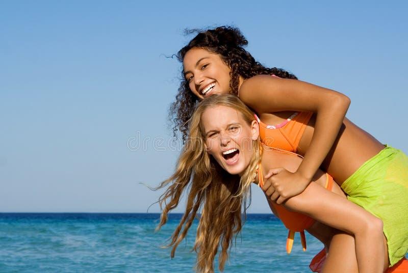 Mulheres novas de sorriso felizes imagem de stock