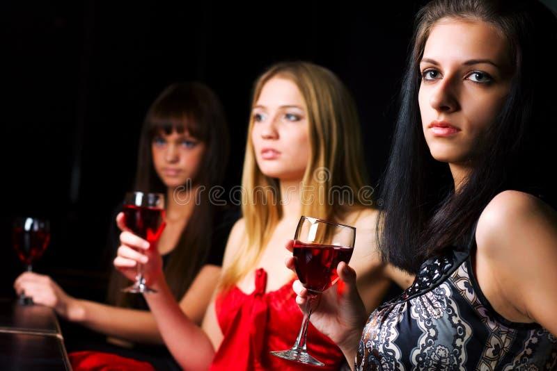Mulheres novas em uma barra da noite fotos de stock